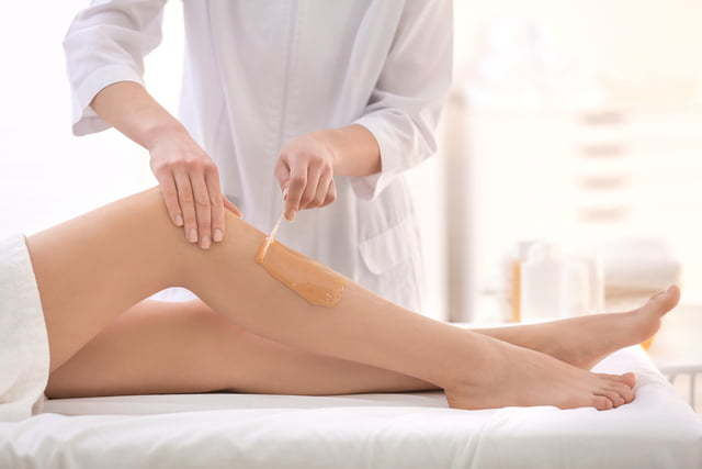 put-hair-removal-wax-on-leg